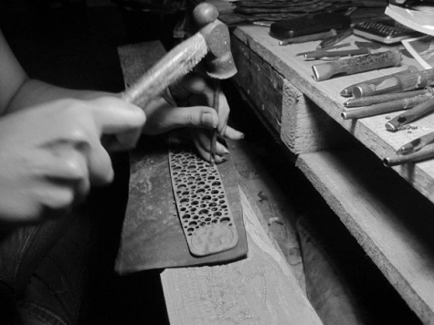 Artisans in the making of a Paguro bracelet
